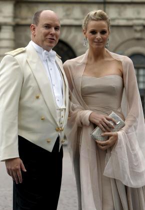 Foto reciente, captada el pasado día 19 en Estocolmo, del príncipe Alberto de Mónaco y Charlene Wittstock, a su llegada a la boda de la princesa heredera Victoria de Suecia y Daniel Westling.