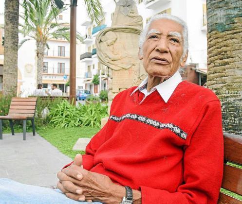 Carlos Cabrera, además de ser cantante y compositor, tiene un puesto en el mercadillo de Santa Eulària. Foto: TONI ESCOBAR