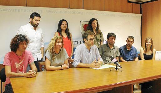 El alcalde Miquel Oliver, en el centro, junto a sus regidores de MÉS-Esquerra, PSOE y Volem tras la investidura.