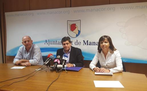 Gomila, Roselló y Riera durante el anuncio de el registro de la moción de censura.