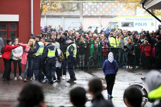 Agentes de policía acordonan la zona donde este jueves un joven armado con una espada ha matado a un profesor y un alumno en la escuela sueca de Trollhättan.