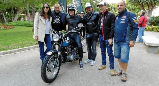 Los organizadores Maggie Stagharo, Pedro Mas, Francesco Pulieser, Mariano Reyes, Gonzalo Córdoba y Juan J. Montserrat, en la línea de salida.