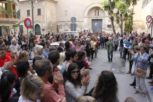 En Manacor se registró un multitudinario apoyo de los simpatizantes de la izquierda al equipo de gobierno al grito de 'Fora corruptes de l'Ajuntament'.