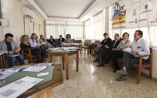 Cárceles (izq.) presentó la memoria a representantes de todos los ayuntamientos y a los patrocinadores.