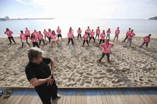 Los jóvenes disfrutaron de una lección de Tai Chi en la playa.