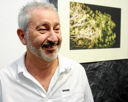 El fotógrafo Joan F. Ribas, durante la inauguración de su exposición, el pasado jueves 22 de octubre en la Galería Ibiza Best Photo & Art. Foto: TONI ESCOBAR