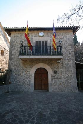 El edificio del Ajuntament de Valldemossa se encuentra junto a los jardines del Rey Juan Carlos I.
