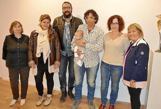 Dolors Pérez, Lorena Reynés, Txemi Truyols, Coll Bernat con la pequeña Aura, Gloria Druguet y Joana McManamly.