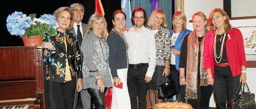 Lourdes Vaesken, el cónsul Daniel Samaniego, Cati Gelabert Niell, Amalia Estabén, Nacho Abad, Águeda Ropero, Antonia Sánchez, Margarita Vidal y Manuela Corvo.