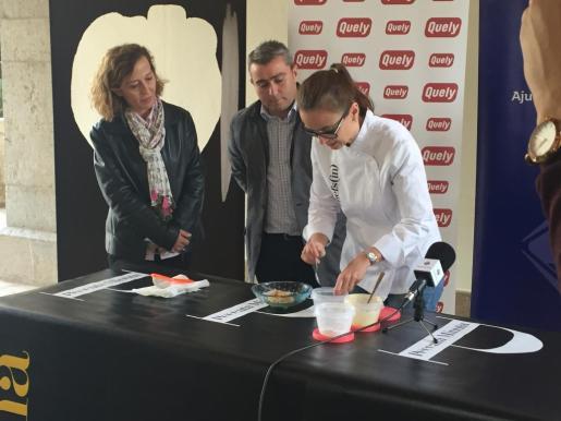 Una de las cocineras que participarán en el evento preparando una tapa.