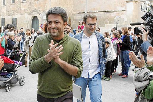 El regidor Joan Llodrà, en primer plano, el pasado viernes junto al alcalde Miquel Oliver.