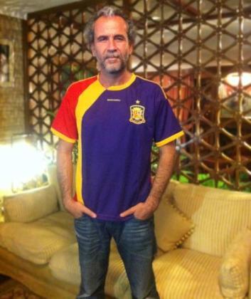 El actor Willy Toledo con una camiseta de España con los colores republicanos