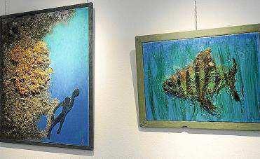 La exposición combina a la perfección pintura de vivos colores con sorprendentes esculturas. Foto: DANI ESPINOSA