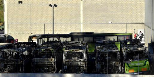 Seis autobuses de la empresa de transporte público Bizkaibus han quedado completamente calcinados y otros dos parcialmente quemados.