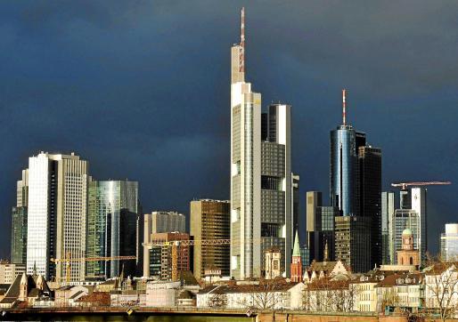 Fotografía de archivo tomada el 22 de noviembre de 2009 que muestra un cielo nublado sobre la ciudad alemana de Frankfurt.
