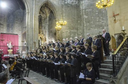 Integrantes de los tres coros mallorquines fotografiados durante su actuación en la Basílica de Santa Maria del Pi, en Barcelona.