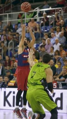 El escolta del Barcelona Juan Carlos Navarro (i), tira a canasta ante el ala-pívot croata del Retabet.es GBC Zoran Vrkic (d).