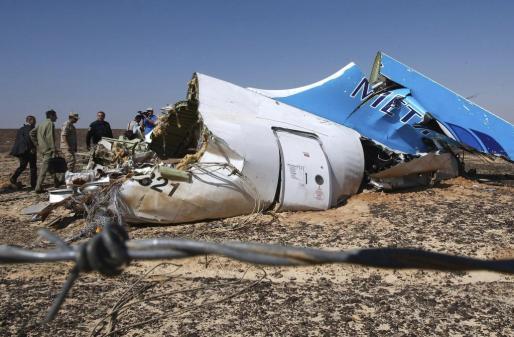 Imagen del ministro de Situaciones de Emergencia ruso, Vladimir Puchkov (4º izq), mientras observa el fuselaje del avión siniestrado en el Sinaí (Egipto).