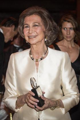 La reina Sofía sonríe tras recibir el premio '2015 Hadrian Award'.