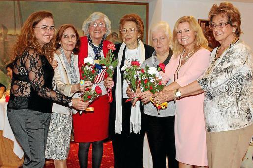 Antonia Jaume, Julia Alcaraz, Cati Escandell, Cai Martín de Oliva, Rosa Martínez-Saldaña, María José Rendón y Blanca Ungo de Velasco recibieron flores.