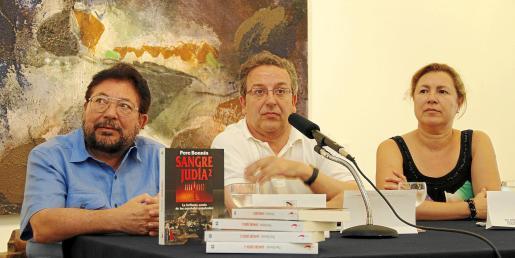 El autor de 'Sangre judía 2', Pere Bonnín, junto a Lluís Socías y Lourdes Aguiló, quienes presentaron el libro.