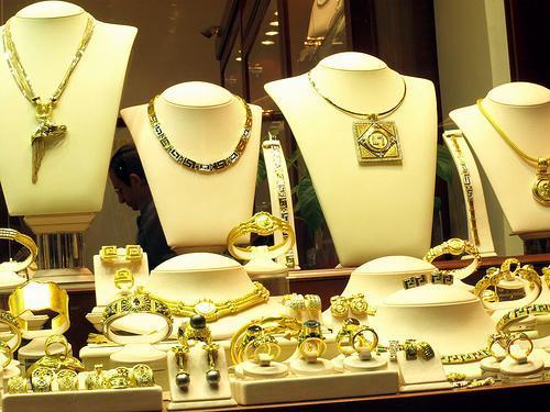 La tienda cuenta con una amplia oferta de relojes y joyas.