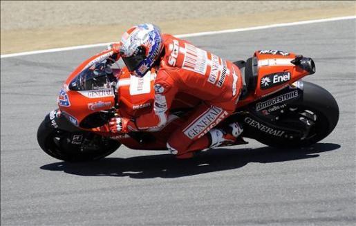 El motociclista australiano Casey Stoner conduce su motocicleta durante la práctica libre del circuito de Laguna Seca en Monterrey, California