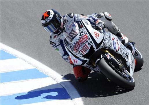 El motociclista español Jorge Lorenzo conduce su motocicleta durante la práctica libre del circuito de Laguna Seca en Monterrey, California.