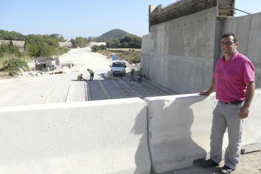 El alcalde junto al puente, en el punto donde se ha bajado la carretera que continua en trinchera.