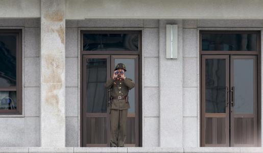 Un soldado norcoreano vigila con sus prismáticos la línea de demarcación militar, en la zona desmilitarizada que separa las dos Coreas.