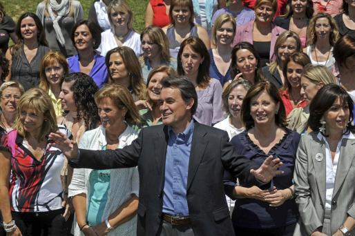 El líder de CiU posa junto a las candidatas femeninas de CDC y UDC.