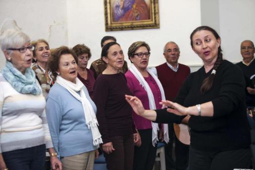 La directora del coro, Elena Prokhorova, dirige un ensayo de la formación, que está formado por una treintena de miembros. Foto: DANIEL ESPINOSA