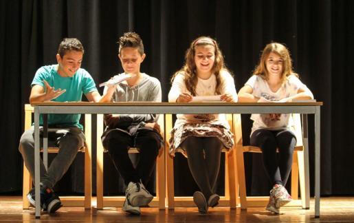 Los encargados de presentar el libro ayer por la mañana fueron cuatro alumnos del colegio, Iker, Hugo, Júlia y Carla. Foto: TONI ESCOBAR