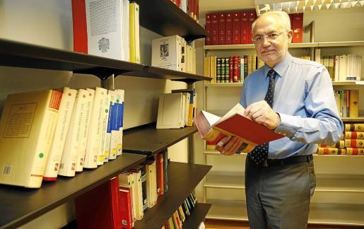 Luis Segura, director general de la Abogacía de la Comunitat, en la biblioteca del organismo.