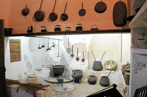 Recreación de una cocina, en la que se aprecia la forma en la que la humedad afecta a las paredes.