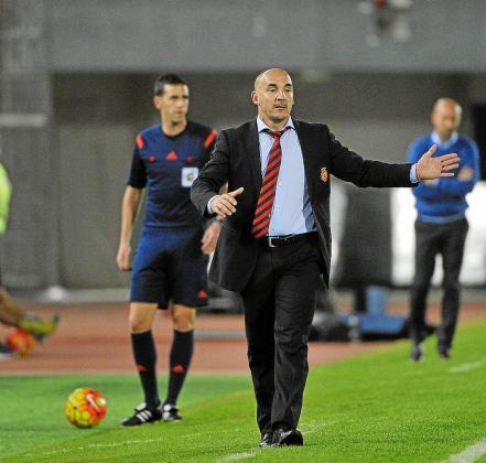 Albert Ferrer da indicaciones a sus futbolistas desde el área técnica. Ayer el equipo balear tuvo que conformarse con un punto.