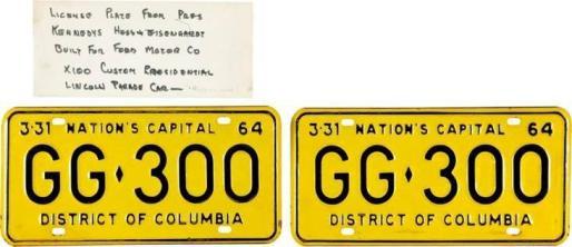 un par de matrículas de la limusina que llevó al presidente John F. Kennedy por Dallas cuando fue asesinado el 22 de noviembre de 1963.