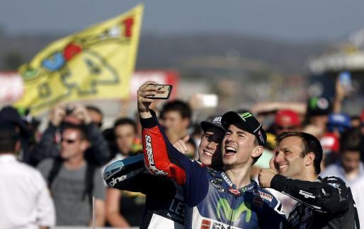 Los campeones del mundo de motociclismo, en la categoría de Moto GP, Jorge Lorenzo (c), Johann Zarco (Moto 2,dcha) y Danny Kent (Moto 3, izq) se hacen un selfi.