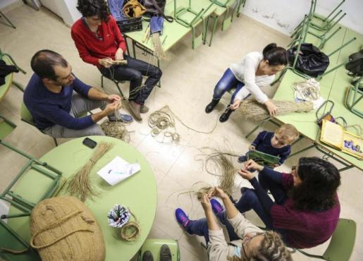 Los alumnos crean objetos que trenzan con sus propias manos con laboriosas técnicas que varían según el objeto que elaboran. Foto: ARGUIÑE ESCANDÓN