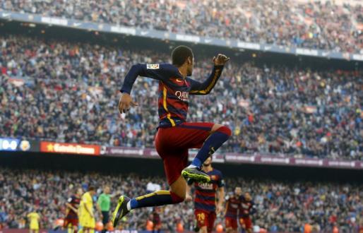 El jugador del BArcelona Neymar celebra un tanto.