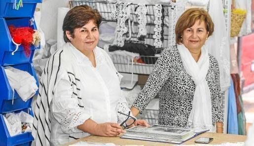 Las creadoras de Ibimoda, las hermanas Antònia y Lali, en su taller de la Calle Vicente Serra y Orvay de Vila, donde preparan sus colecciones. Foto: TONI ESCOBAR