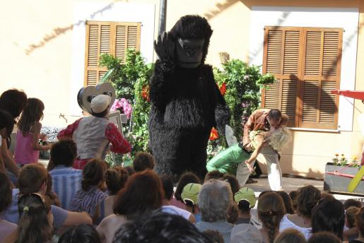 Los más pequeños disfrutaron con el espectáculo 'King Kong, l'avió, quin peliculong'.