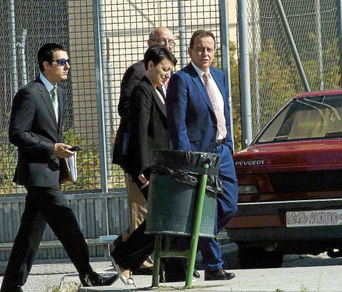 El fiscal Pedro Horrach, a la derecha, junto a agentes de la policía, tras interrogar a Matas en la cárcel de Segovia.