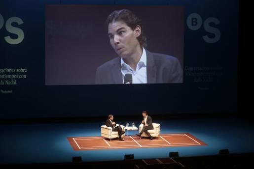 Rafael Nadal conversando con Ramón Rovira, director de Comunicación del Banco Sabadell.