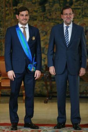 Iker Casillas junto a Marino Rajoy, tras recibir el galardón.