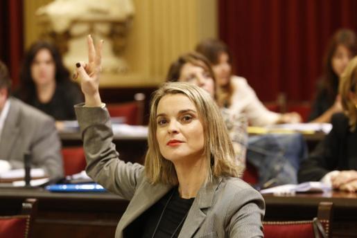 La portavoz parlamentaria del PP, Marga Proens, durante una votación en la cámara.
