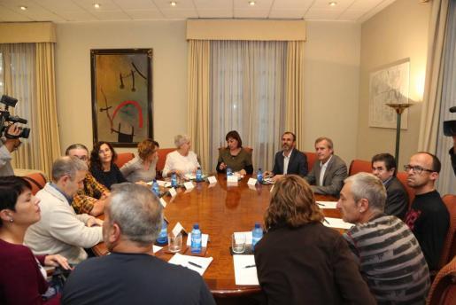 Momento de la reunión entre padres del colegio Norai y miembros del Govern.