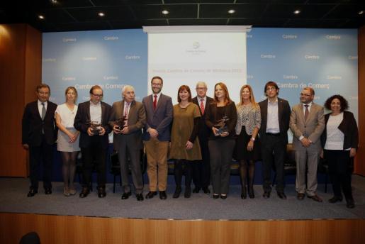Autoridades y premiados con el presidente de la Cámara de Comercio tras la entrega de los galardones.