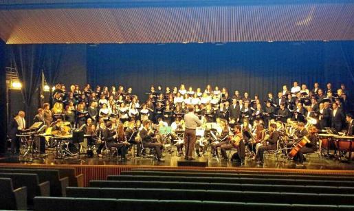 La Banda Municipal de Santa Eulària en su ensayo general de febrero de 2015.