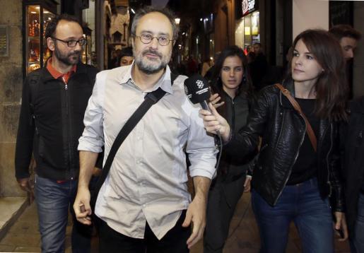 Los diputados de la CUP Antonio Baños (c) y Benet Salellas (i), a su salida del Palau de la Generalitat donde han mantenido una reunión el presidente de la Generalitat en funciones, Artur Mas, para intentar desencallar la investidura del nuevo presidente.